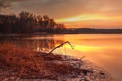 在湖的秋天日落 库存图片