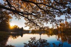 在湖的秋天日落 免版税库存照片