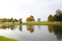 在湖的秋天树 免版税库存图片