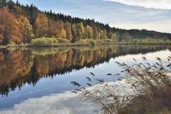 在湖的秋天着色 库存照片