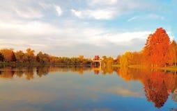 在湖的秋天视图 库存照片