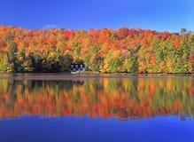 在湖的秋天颜色, Mont Tremblant地区,魁北克 免版税图库摄影