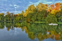 在湖的秋天 免版税图库摄影