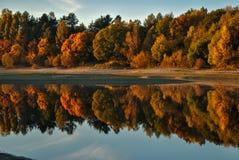 在湖的秋天 免版税库存照片
