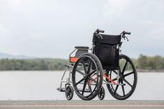在湖的空的轮椅 免版税库存图片