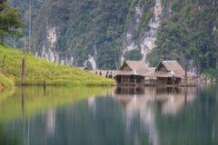 在湖的竹村庄 免版税图库摄影