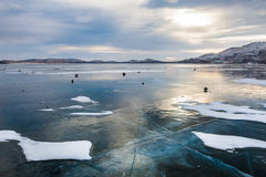在湖的美丽的冰日落的 免版税图库摄影