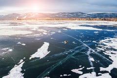 在湖的美丽的冰日落的 库存照片