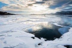 在湖的美丽的冰日落的 免版税库存图片