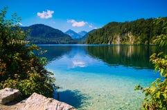 在湖的美丽的景色在两座山之间在一晴朗和明亮的天 免版税库存照片