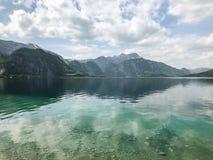 在湖的美丽的景色,与蓝天的山 免版税库存图片
