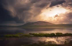 在湖的美丽的黑暗的暴风云 图库摄影