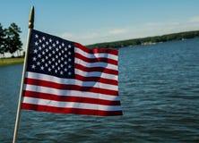 在湖的美国国旗 免版税库存图片