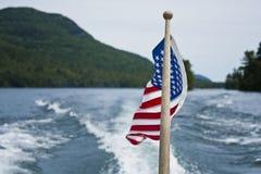 在湖的美国国旗 库存图片