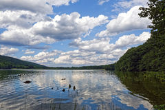 在湖的美好的云彩反射 免版税库存照片