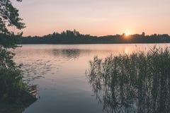 在湖的美好的夏天日落有蓝天、红色和orang的 免版税库存图片
