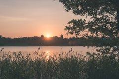 在湖的美好的夏天日落有蓝天、红色和orang的 图库摄影
