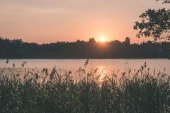 在湖的美好的夏天日落有蓝天、红色和orang的 免版税图库摄影
