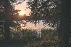 在湖的美好的夏天日落有蓝天、红色和orang的 库存图片