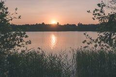 在湖的美好的夏天日落有蓝天、红色和orang的 免版税库存照片