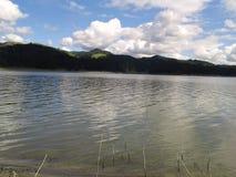 在湖的美好的天 库存图片
