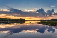 在湖的美好的日落有动态天空的在夏天 库存照片