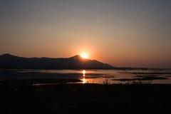 在湖的美好的日落 免版税库存照片