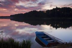 在湖的美好的黎明 免版税库存图片