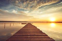 在湖的美好的cloudscape,日落射击 免版税库存图片