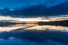 在湖的美妙的蓝色日落在夏天 免版税库存图片