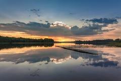 在湖的美妙的黄昏有动态天空的在夏天 免版税库存照片