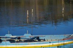 在湖的老小船 免版税库存图片