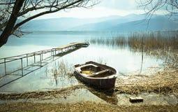 在湖的老小船 图库摄影