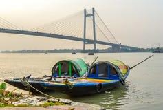 在湖的老木小船在Hooghly河加尔各答,晴天开户 免版税库存照片
