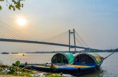 在湖的老木小船在Hooghly河加尔各答,晴天开户 免版税库存图片