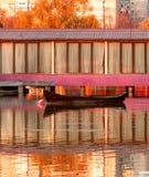 在湖的老木小船 库存照片
