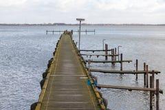 在湖的老木栈桥 免版税库存图片