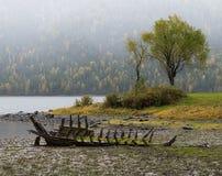在湖的老被放弃的木小船 免版税库存图片