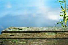 在湖的背景的木板 图库摄影