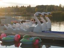在湖的脚蹬小船 免版税库存照片