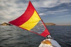 在湖的航行独木舟 免版税库存照片
