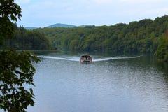 在湖的船 库存照片