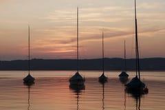 在湖的色的日落 免版税库存图片