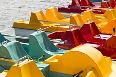 在湖的色的pedalos等待游人 免版税图库摄影
