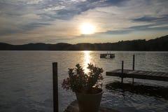 在湖的落日 免版税库存图片