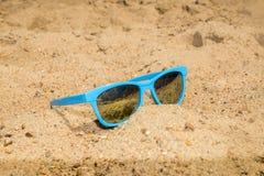 在湖的蓝色太阳镜 免版税库存图片
