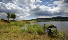 在湖的蓝色小船 免版税图库摄影
