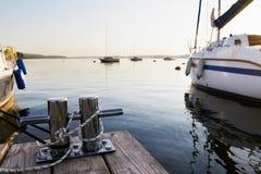在湖的被停泊的游艇 免版税库存图片