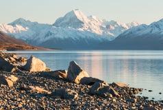 在湖的被日光照射了石头支持在日出 库存图片
