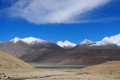 在湖的西藏旗子 图库摄影